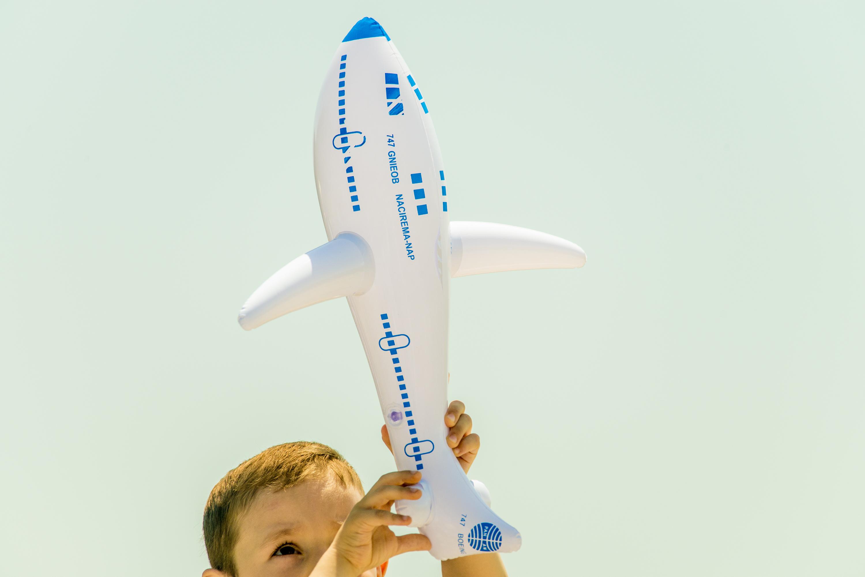 Copil cu avion de jucărie